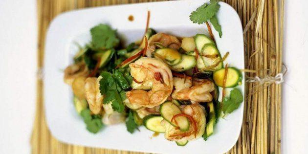 Салат с жареными креветками и кабачками