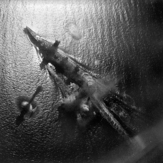 """Линкор """"Ямасиро"""" под атакой американских самолётов из авиагруппировки авианосца """"Интерпрайз"""" в заливе Суригао, 24 октября 1944 г. Великая Отечественная Война, архивные фотографии, вторая мировая война"""