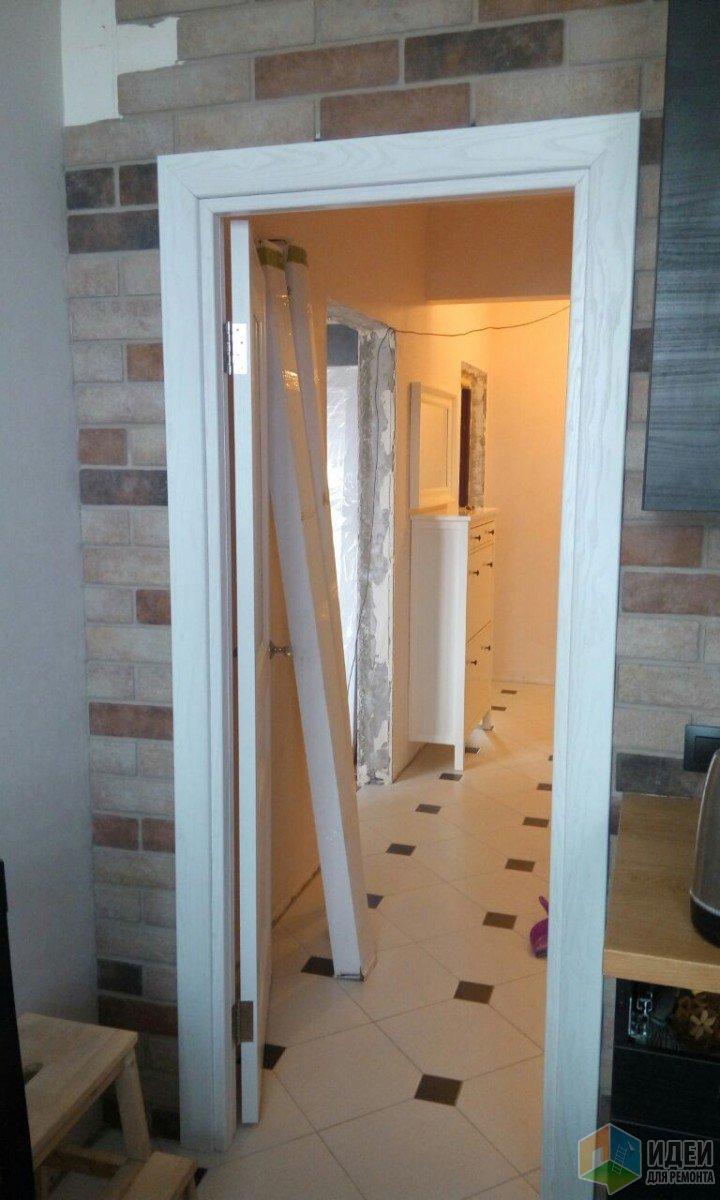 Установили дверь, муж укладывает кирпич, очередность работ хромает)))