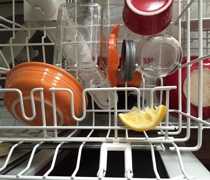 Корочка лимона поможет справится с мыльным налётам и следами жира.
