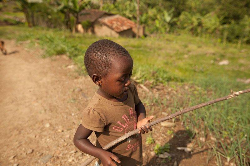 В руандийском доме, где в месяц на семью уходит $251, любимая игрушка — это палка в мире, дети, игрушка, люди, страны