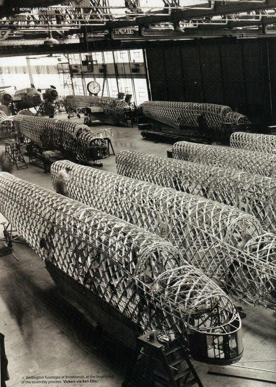Сборка фюзеляжей тяжёлого бомбардировщика Викерс Веллингтон на заводе в Брукландсе Великая Отечественная Война, архивные фотографии, вторая мировая война