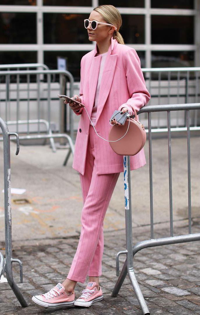 Девушка с маленькой сумочкой и в розовом костюме