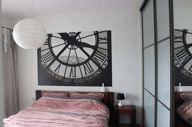 Спальня: кровать в тибетском стиле плюс новые старые советские полки