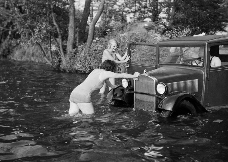 Женщины в купальниках пытаются вытолкнуть затонувший автомобиль BMW из воды Германия, 1934 г. история, ретро, фото