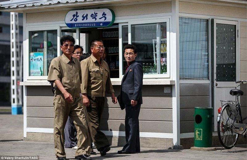 А вот еще несколько снимков Валерия Шарифулина, сделанных им во время недавнего посещения Северной Кореи Пхеньян, дворец, ким чен ын, лидер партии, лидеры государств, резиденция, репортаж, северная корея