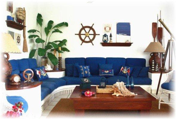 Синий диван в морском интерьере