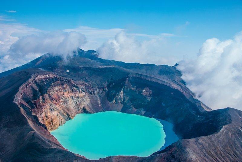 Камчатка—край вулканов, поэтому здесь вы найдете большое количество кислотных озер. Самые известные и красивые—в кратерах действующих вулканов Горелый и Малый Семячик. Russia, travel, животные, камчатка, факты