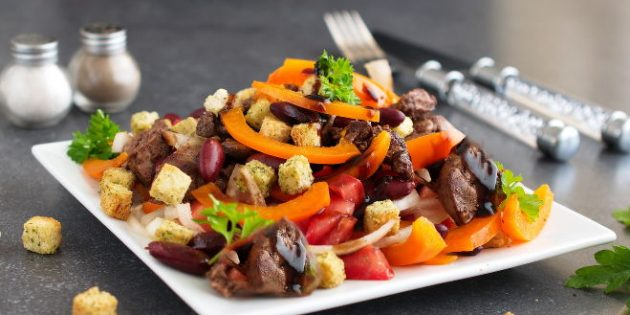 Салат с сухариками, куриной печенью, фасолью и перцем