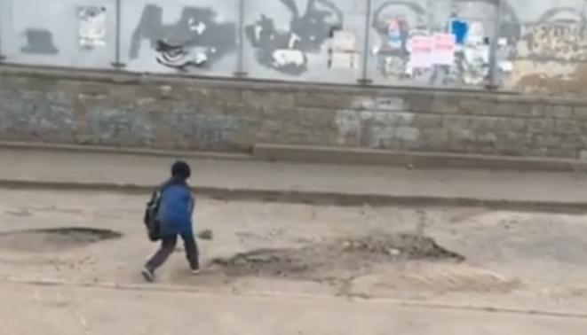 Власти Омска поблагодарили ребенка за «ремонт» дороги с помощью детской лопатки и песка