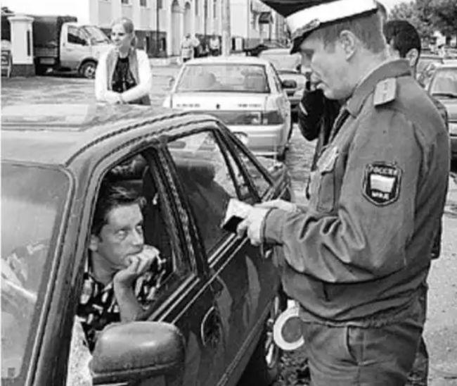Имеет ли право сотрудник ГИБДД потребовать водительские права, если сидишь в машине на стоянке