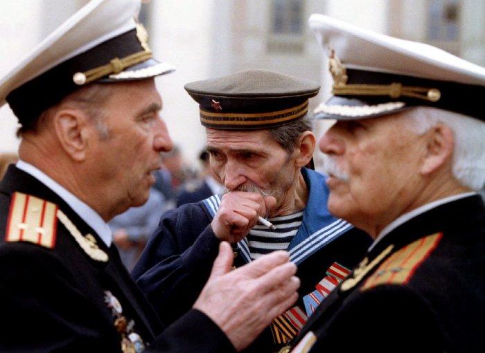 Ветераны перед Государственным академическим Большим театром, 9 мая 1994 года.