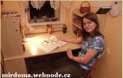 Письменный стол для школьника в маленькой комнате.