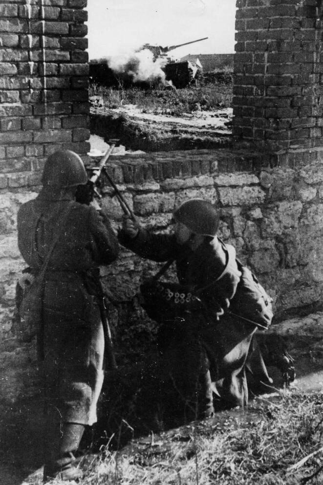 Советский расчёт противотанкового ружья ПТРД-41 ведут огонь по немецкой бронетехнике Великая Отечественная Война, архивные фотографии, вторая мировая война