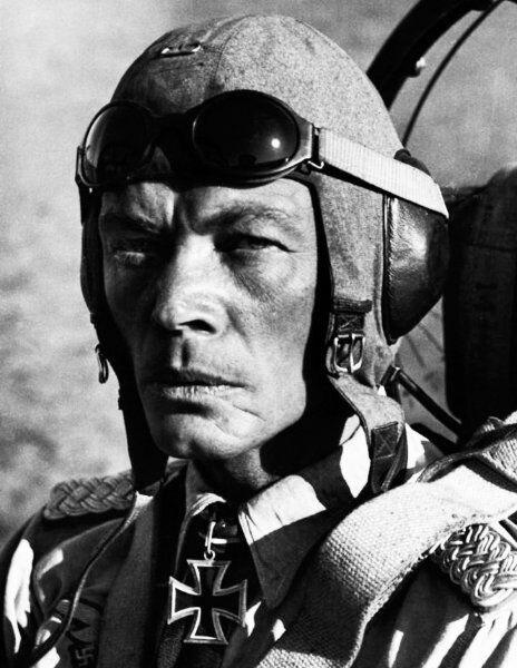 Майор Эрнст Купфер, командир 2-й штурмовой авиагруппы (позднее командующий всей штурмовой авиацией Люфтваффе), в кабине своего Ju-87 Великая Отечественная Война, архивные фотографии, вторая мировая война