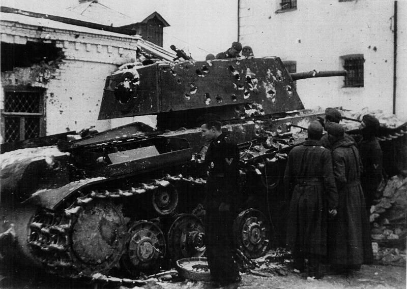 Немецкие солдаты осматривают подбитый 27 ноября 1941 г. советский тяжёлый танк КВ-1. Венев Великая Отечественная Война, архивные фотографии, вторая мировая война