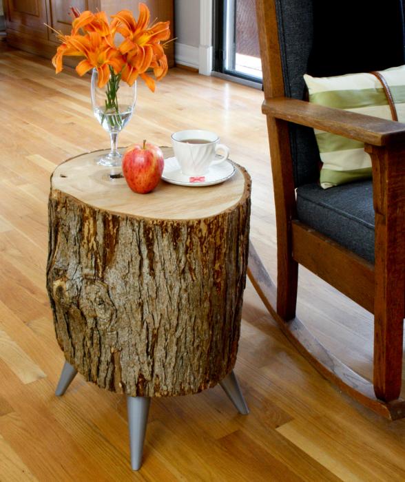 Небольшой оригинальный журнальный столик из пня с металлическими ножками прекрасно впишется в любой интерьер и станет его стильным дополнением.