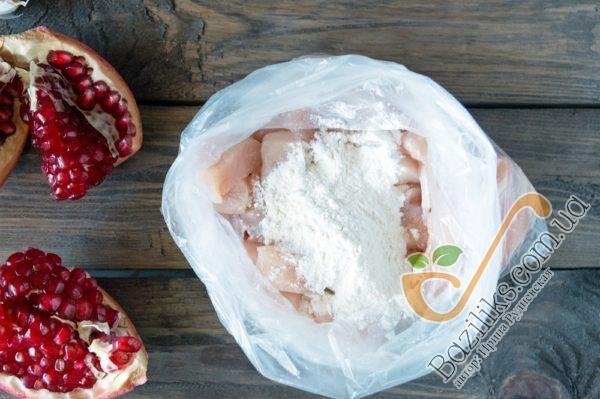 Выкладываем кубики куриного филе в пакет и добавляем в него пшеничную муку. Закрываем пакет и несколько раз хорошо им встряхиваем, чтобы мука обволокла каждый кусочек курицы. Этот метод мне очень нравится, потому как руки при таком варианте остаются максимально чистыми!