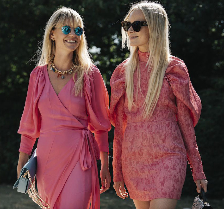 Будущей весной носите короткие клубнично-розовые платья