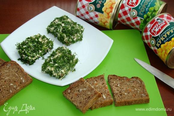 Каждый ломтик хлеба обмазать сырно-чесночной массой и обмакнуть в нашинкованный укроп. В итоге получаются ароматные зеленые лужайки для поросят.