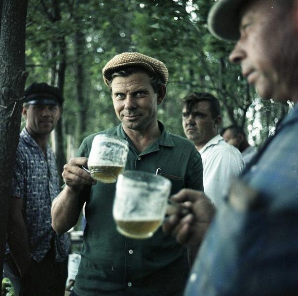 Мужчины с пивными кружками Всеволод Тарасевич, 1961 - 1969 год, Краснодарский край, совхоз «Газырский», МАММ/МДФ.