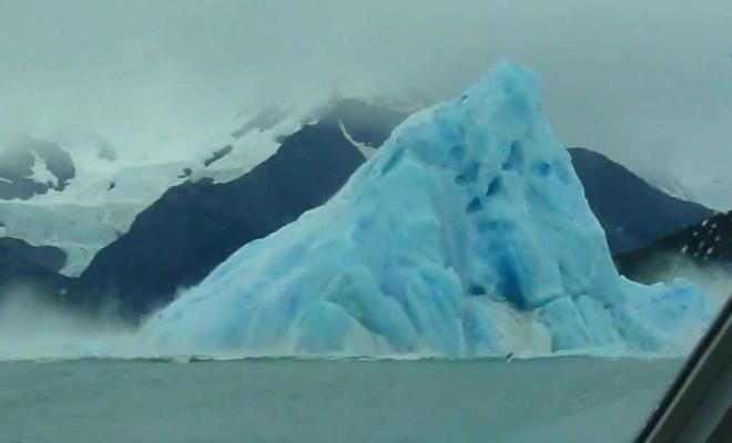 5 моментов ледяной силы: случайные пассажиры сняли как переворачиваются огромные айсберги