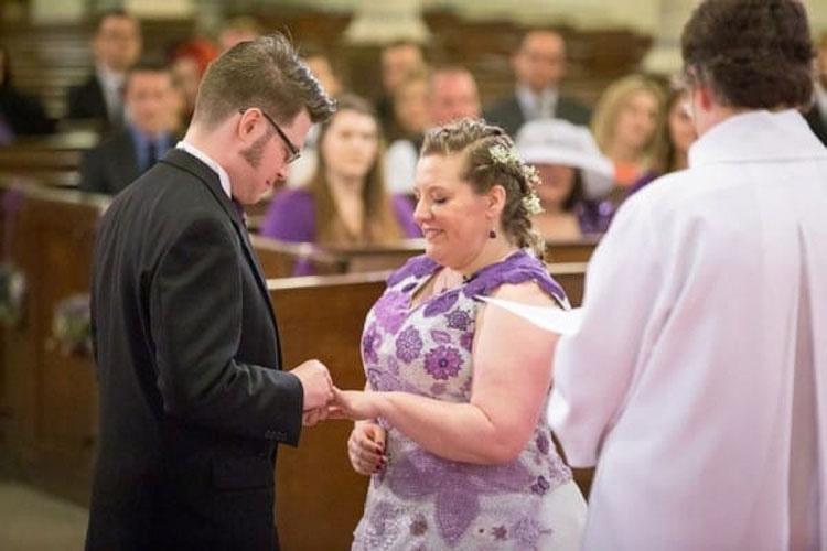 Когда свадебный кортеж приехал за невестой, она заканчивала работу над своим платьем: оно стало главным украшением церемонии