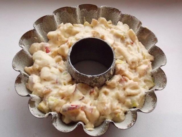 Смешаем яблоки, полученное тесто и переложим в форму