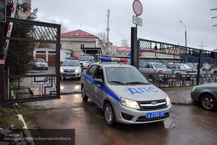 В Смоленске иномарка застряла в заборе