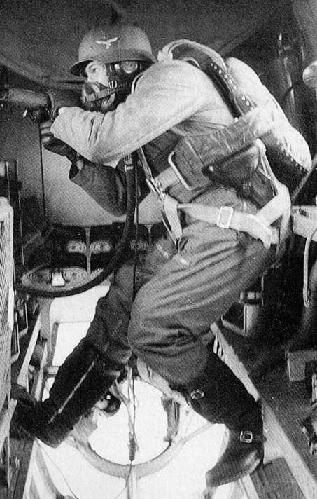Бортовой стрелок немецкого бомбардировщика Не-111 Великая Отечественная Война, архивные фотографии, вторая мировая война