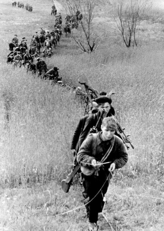 Отряд 3-й Ленинградской партизанской бригады на марше. 1943 год Великая Отечественная Война, архивные фотографии, вторая мировая война