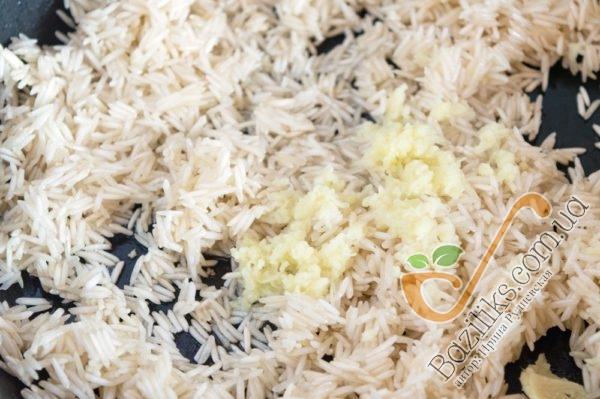 На сковороду наливаем небольшое количество оливкового масла и отправлям рис Басмати. Подрумяниваем его в течение 3-х минут при постоянном аккуратном помешивании. Корень имбиря трем на мелкой терке и отправляем его к рису, снова аккуратно перемешиваем.