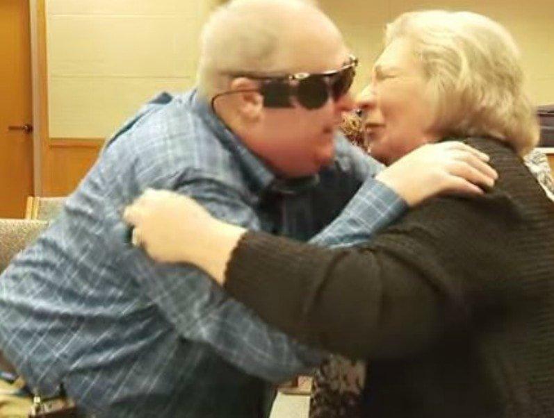 11. Благодаря современным технологиям этот слепой мужчина смог увидеть свою жену, которую не видел 10 лет Радость, в мире, люди, прикол, юмор