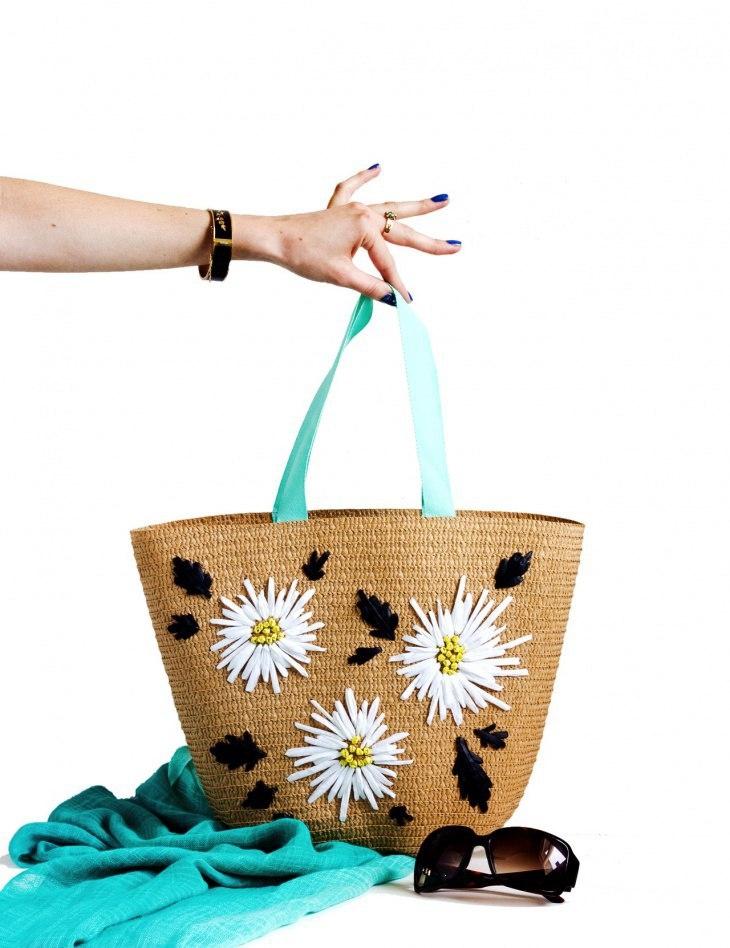 Вышивка с цветами на соломенной сумке