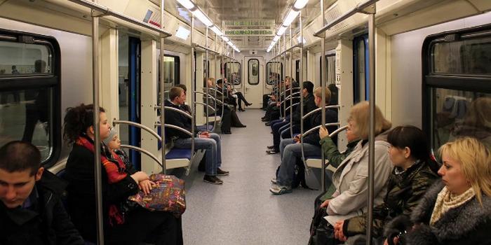 Москвичка задрала юбку и сняла трусы, чтобы ей уступили место в метро