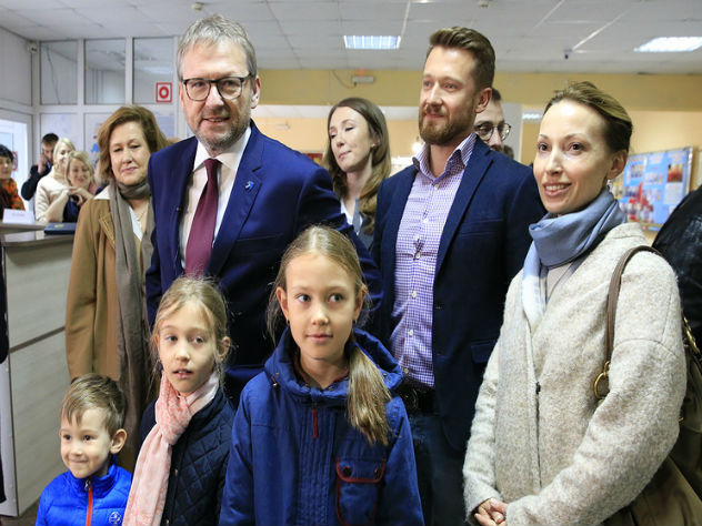 Борис Титов станцевал перед избирательным пунктом в Абрау-Дюрсо