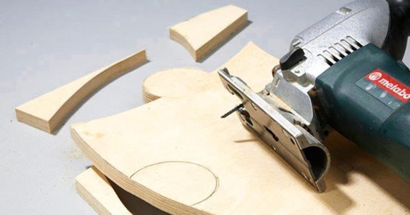 Из фанеры мастер вырезал необычный стол, от которого пришли в восторг все домочадцы