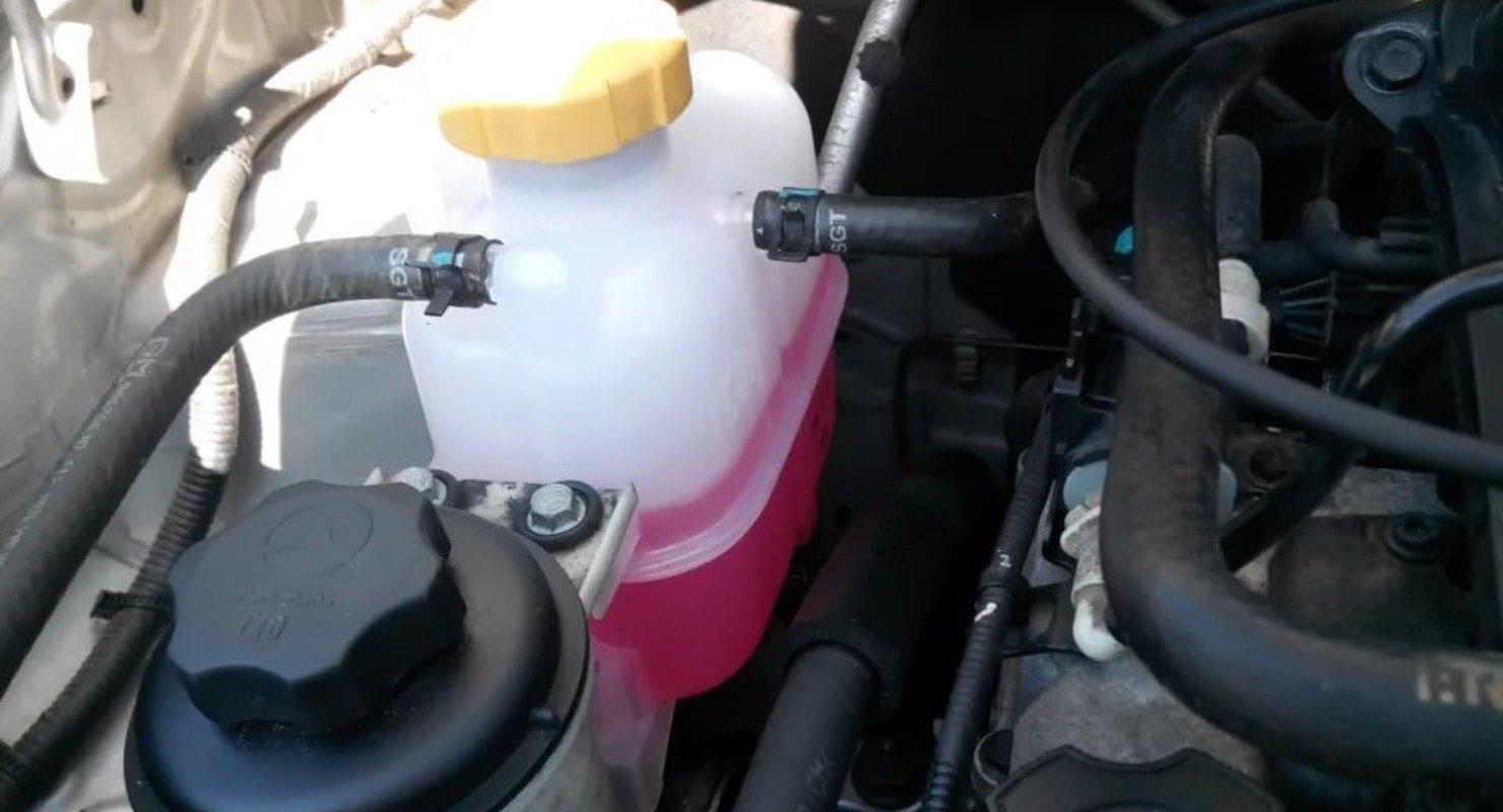 Почему не рекомендуют самостоятельно лить антифриз в пустой бачок? Автомобили