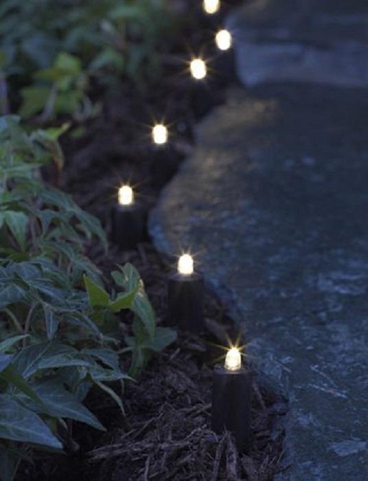Симпатичное и оригинальное решение для декорирования дорожки около дома при помощи подсветки.
