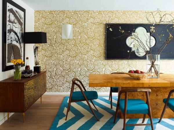 ковёр с бело-голубыми полосками в гостиной