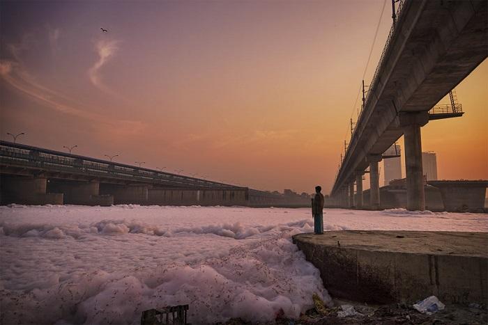 Священная река Джамна получает питание за счет муссонных дождей, горного льда и снега.