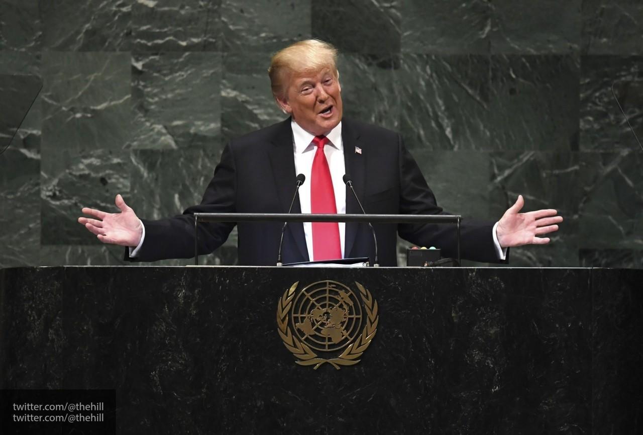 Из туалета на борт: Трамп оконфузился, поднявшись в самолет с прилипшей бумажкой — видео