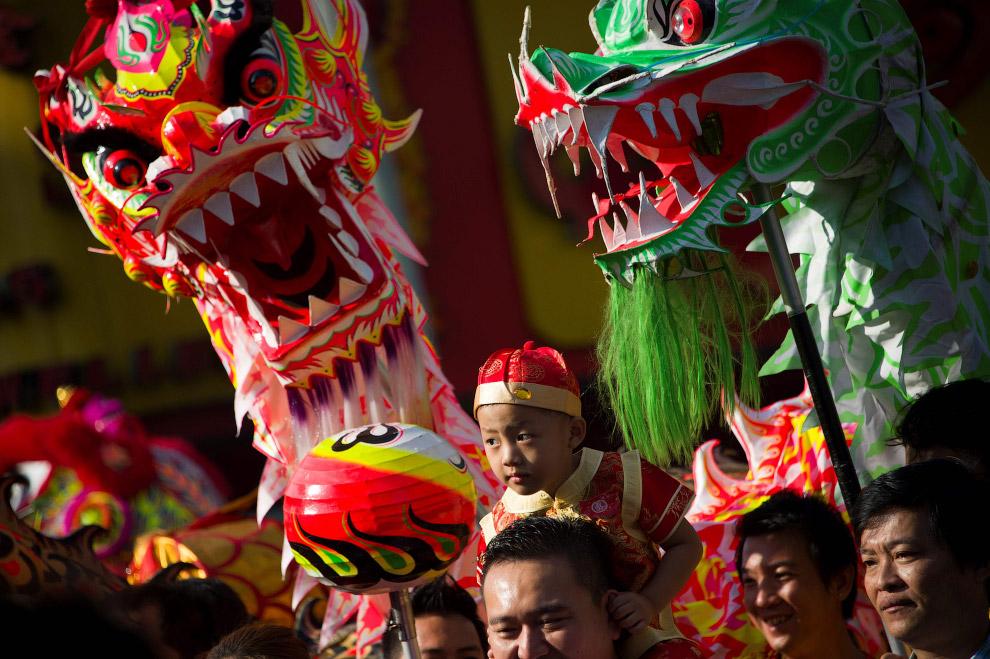 Танец дракона в Янгоне