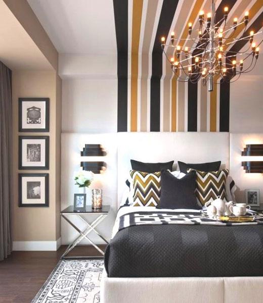 Полоски на стенах и потолке в спальной комнате