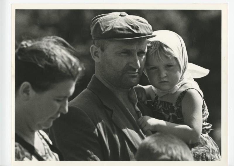 Мужчина с девочкой на руках Виктор Ахломов, 1960-е, МАММ/МДФ.