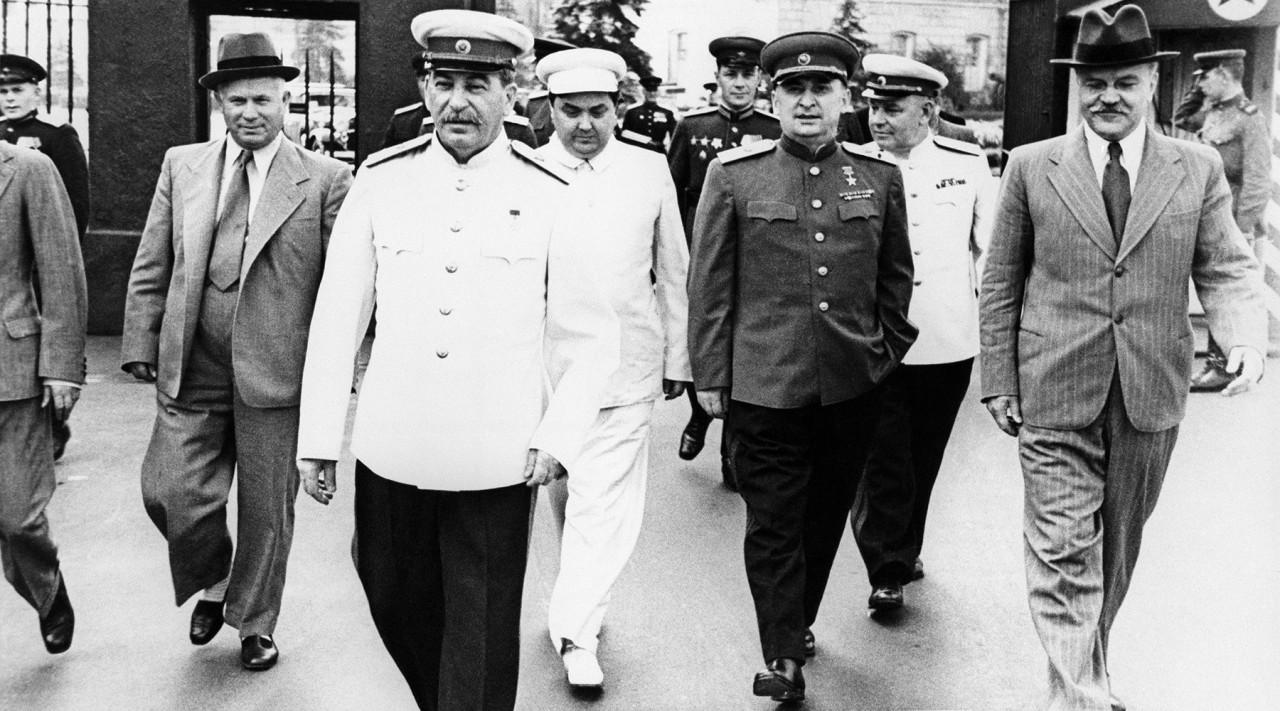 После Сталина руководить СССР должны были  Берия и Маленков. Почему вдруг Хрущев? Война и мир