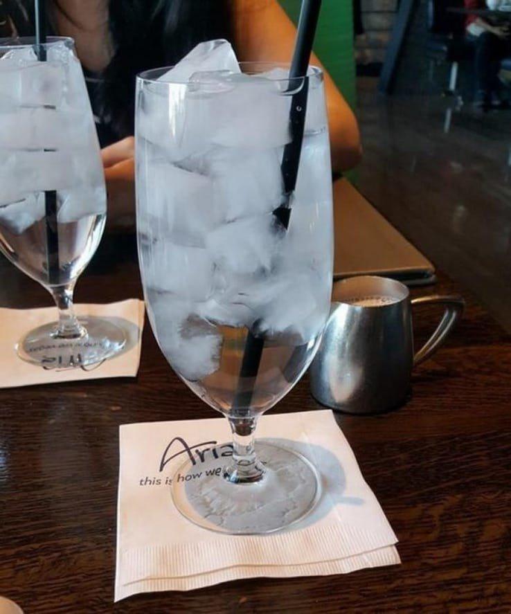 1. Вода со льдом. Жарко или холодно на улице, неважно - воду с кубиками льда подают почти во всех американских ресторанах. америка, американцы, в мире, подборка, привычки, разные страны, сша, традиции