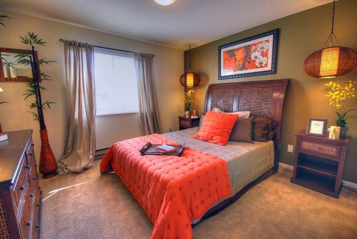 коричнево-оранжевая спальня