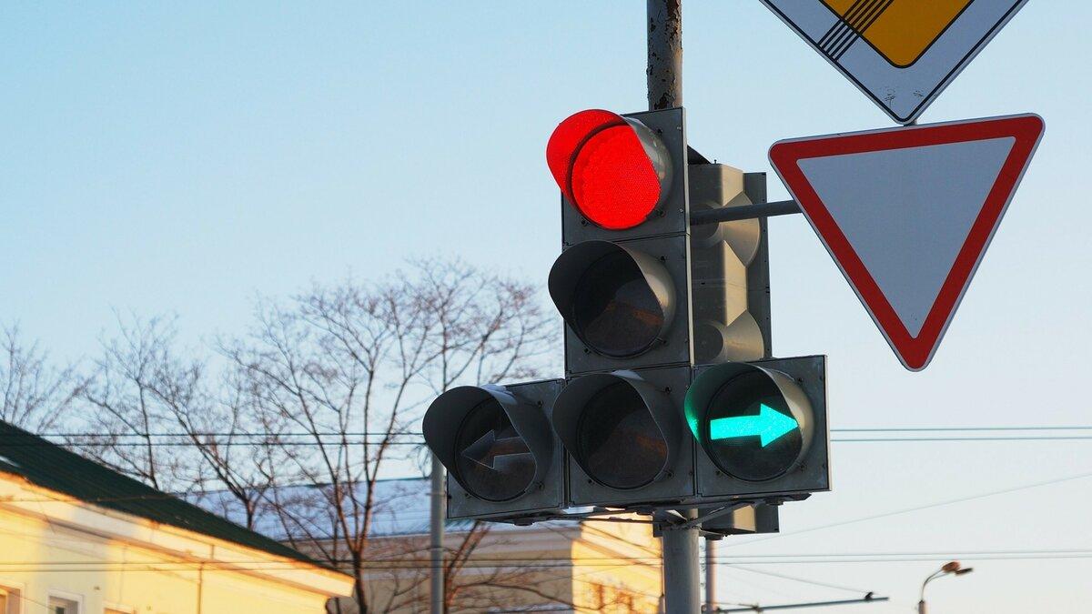 Можно ли стоять под зелёную «стрелку», если нужно ехать прямо? Узнал у инспектора ГИБДД
