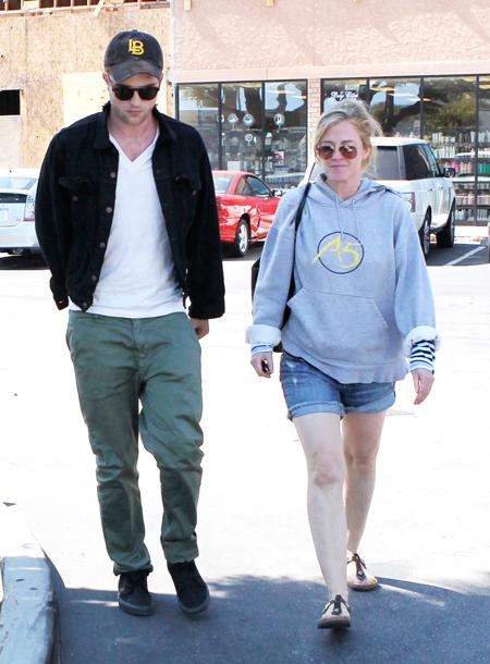 После слухов о помолвке: Сьюки Уотерхаус замечена на прогулке с родителями Роберта Паттинсона Звезды,Звездные пары
